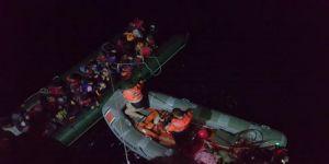 Afgan kaçaklar botla yakalandı