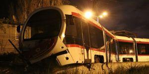 Tramvay araca çarptı: 1 yaralı