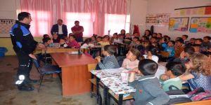 Polis ekiplerinden köy okulu öğrencilerine ziyaret