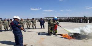Üs Bölgesindeki askerlere yangına müdahale eğitimi