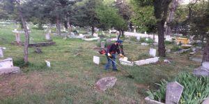 İlçe mezarlığında temizlik çalışmaları