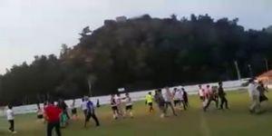 Taraftarlar bıçak sopalarla futbolculara saldırdı