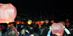 Gökyüzü dilek balonlarıyla aydınlandı