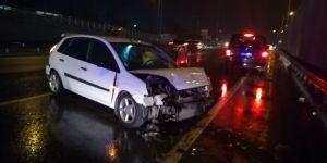Tırın sıkıştırdığı otomobil kaza yaptı