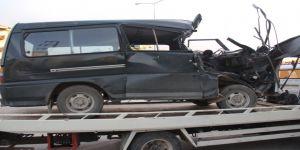 Minibüs tıra çarptı: 2 ağır yaralı