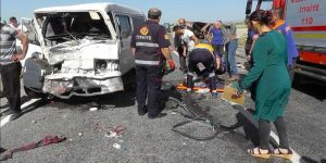 Minibüs ile kamyonet çarpıştı: 7 yaralı