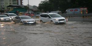 Denizli'de alt geçit ve evleri su bastı