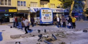 Halk otobüsü parti seçim bürosuna daldı
