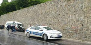 Yolcu midibüsü istinat duvarına çarptı: 7 yaralı