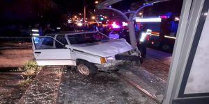 Otomobil durağa daldı: 3 yaralı
