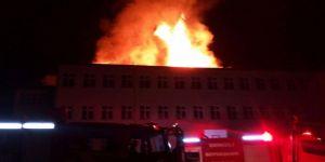Okul çatısı düşen yıldırım ile alev aldı
