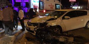 Motosiklet sürücüsü otomobile çarptı