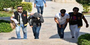 Yaşlı çiftin çantasını çalan 2 kişi yakalandı