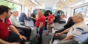 Başkan Karaosmanoğlu, vatandaşlarla tramvayda bir araya geldi