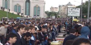 Moskova'da Müslümanlar camiye sığmadı