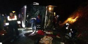 Otobüs devrildi: 3 ölü, 40 yaralı