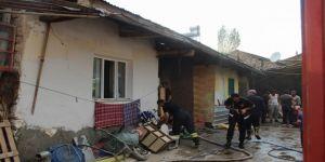 Kardeşine kızdı evi yaktı