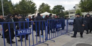 Polis AK Parti ve İyi Parti stantlarını demir bariyer ile ayırdı