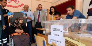 83 yaşında sedye üzerinde oy kullandı