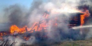 Çöplükte çıkan yangın balıkçı teknelerini yaktı