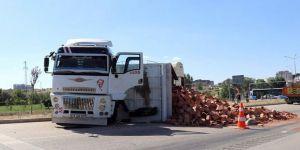 Tuğla yüklü kamyon otomobille çarpıştı