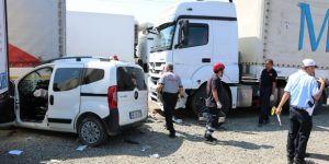 Hafif ticari araç tıra çarptı: 2 ölü