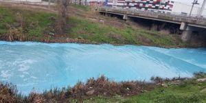 Kocaeli'de dereyi maviye boyayan işletmeye 175 bin TL ceza