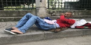 Yürüyemeyen adam sokağa bırakıldı