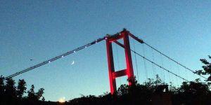 İstanbul semalarında duygulandıran ay ve yıldız görüntüsü