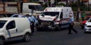 Vakaya giden ambulans kaza yaptı