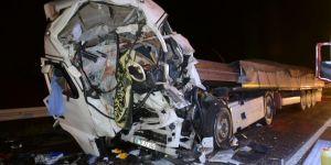 3 tırın karıştığı kazada sürücü kabinde sıkıştı