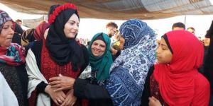 Filistinli gençler, Gazze sınırında nişanlandı