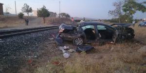 Trenin çarptığı otomobilden atlayarak kurtuldu