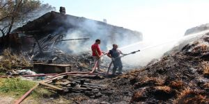 Ev ile 80 ton saman balyası yandı