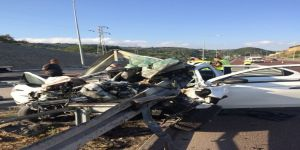 Otobanda bariyerlere ok gibi saplandı: 3 kişi öldü
