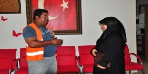 Suriyeli kadın para dolu cüzdanı sahibine teslim etti
