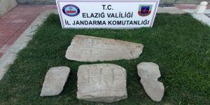 Mezar taşları ile 2 şüpheli yakalandı