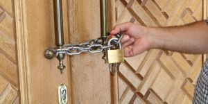 Cemaat caminin kapısına zincir vurdu
