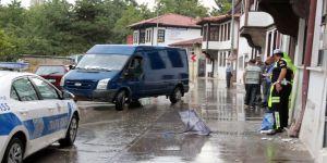 Yoldan çıkan minibüs kaldırımdaki yayaları ezdi: 3 yaralı