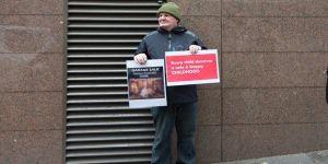 Kardinale çocuk istismarı protestosu