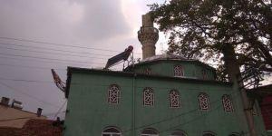 Aşırı yağıştan cami minaresi devrildi