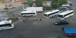 İşçi midibüsleri çöken yola saplandı