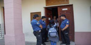Kütüphanede kilitli kalan öğrencileri, alarm sistemi kurtardı