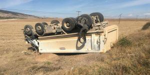 Lastiği patlayan kamyon devrildi
