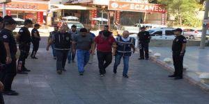 Düğünde amcalarını bıçaklayan 2 yeğen tutuklandı
