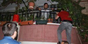 O ihbar polisi balkona tırmandırdı