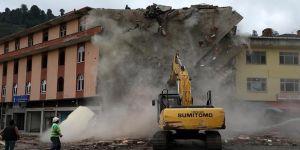Altından dere geçen bir bina yıkılıyor