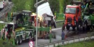 TEM Otoyolu'nda kamyon devrildi