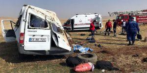 Göçmenleri taşıyan minibüs devrildi