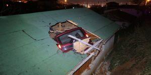 Araç eve çatıdan girdi